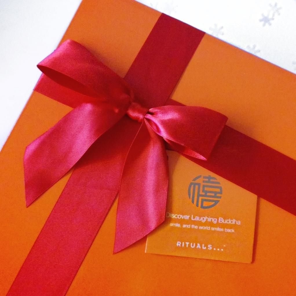 """Geschenkideen: luxuriöses Geschenkset von Rituals """"Laughing Buddha"""" - ein Wellness-Set für zu Hause mit Duschschaum, Duschöl, Körperpeeling, Bodylotion zum Rundum-Wohlfühlen"""